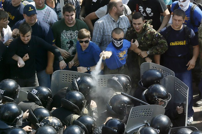 Укрофашистите се самоизбиват, след като се предадоха в Донбас