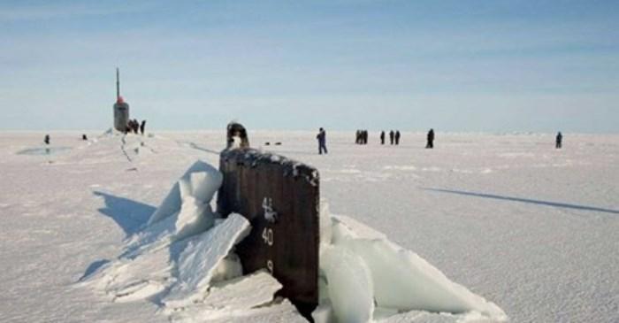 В Русия взеха на подбив закъсалите в Арктика американски подводници