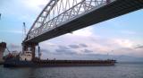 ПОД АРКАТА на Кримския мост премина първият кораб, руски е